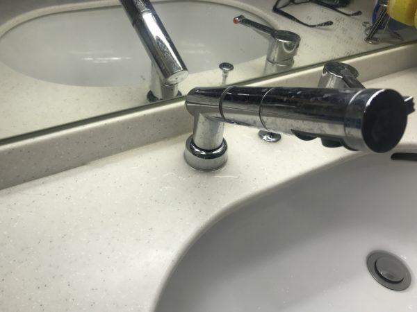 洗面所水栓修理前