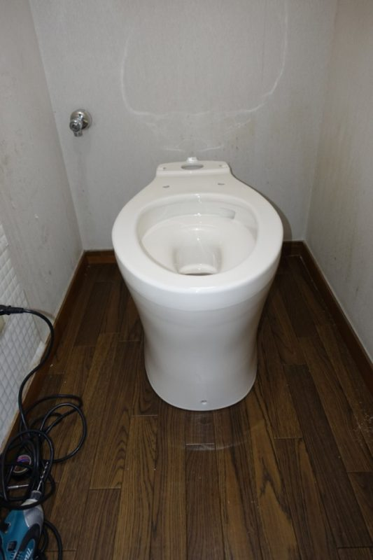 掃除口つきトイレ交換中