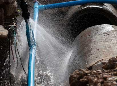地面から水が噴き出している水漏れ