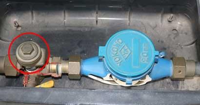 水道元栓のハンドルレバーを閉める