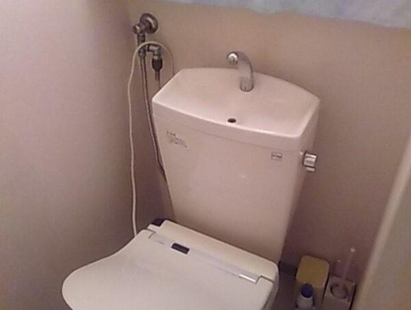 検尿カップがつまったトイレ