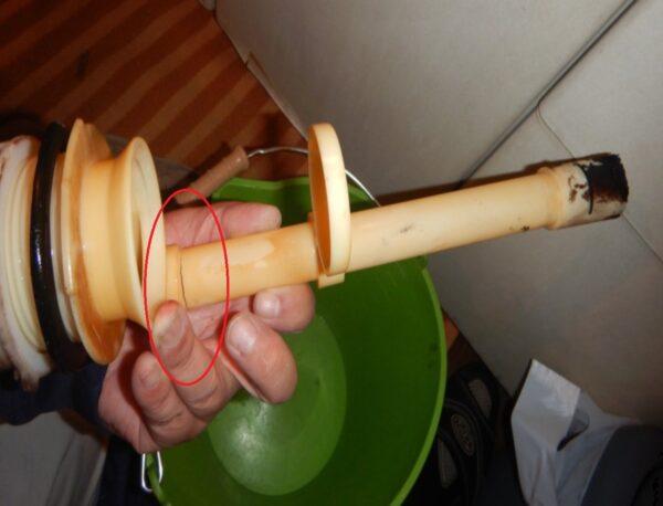 ひび割れオーバーフロー管