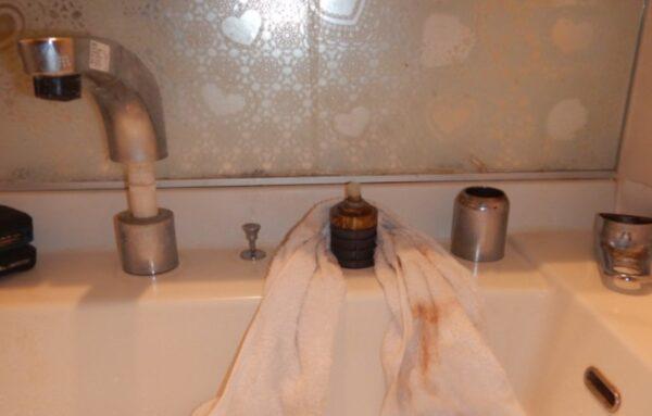 水漏れする洗面所水栓修理中